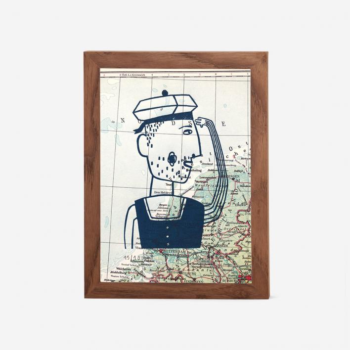 Knallbraun Seemann auf Landkarte Linoldruck Rahmen Lichtgrau