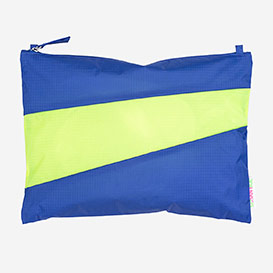 The New Pouch L Electric Blue & Fluo Yellow>     </noscript> </div>          <div class=