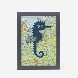 Seepferdchen auf Landkarte Linoldruck>     </noscript> </div>          <div class=